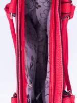 Czerwona fakturowana torebka z klamerkami                                                                          zdj.                                                                         4