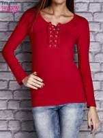 Czerwona gładka bluzka ze sznurowanym dekoltem i troczkami                                   zdj.                                  1