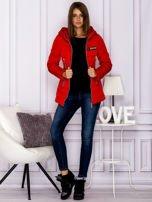 Czerwona kurtka przejściowa z błyszczącymi suwakami                                  zdj.                                  7