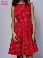 Czerwona rozkloszowana sukienka w groszki