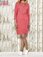 Czerwona sukienka dresowa z sercem z dżetów                                                                          zdj.                                                                         2