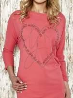 Czerwona sukienka dresowa z sercem z dżetów                                                                          zdj.                                                                         4