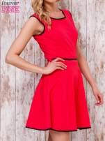 Czerwona sukienka skater z satynową lamówką                                  zdj.                                  3