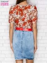 Czerwona sukienka w kwiaty z jeansowym dołem i paskiem                                  zdj.                                  2