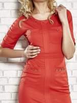 Czerwona sukienka z aplikacją na kieszeniach