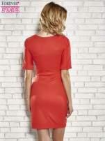 Czerwona sukienka z aplikacją na kieszeniach                                  zdj.                                  2