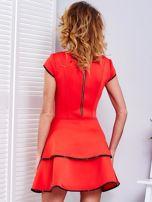 Czerwona sukienka z błyszczącym wykończeniem                                  zdj.                                  2