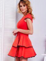 Czerwona sukienka z błyszczącym wykończeniem                                  zdj.                                  5