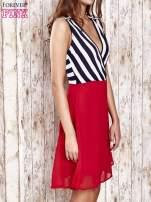 Czerwona sukienka z kopertowym dekoltem w pasy                                                                          zdj.                                                                         3