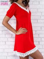 Czerwona sukienka z koronkowym wykończeniem