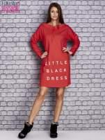 Czerwona sukienka z napisem LITTLE BLACK DRESS                                  zdj.                                  2