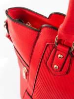 Czerwona torba ze złotymi wykończeniami
