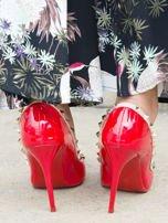 Czerwone lakierowane szpilki z ozdobnymi ćwiekami dookoła cholewki                                  zdj.                                  3