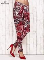 Czerwone lejące spodnie z graficznym nadrukiem                                                                          zdj.                                                                         1