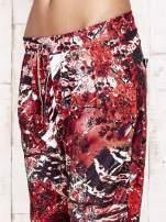 Czerwone lejące spodnie z graficznym nadrukiem                                                                          zdj.                                                                         8