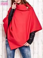 Czerwone poncho z biżuteryjną przypinką                                  zdj.                                  1
