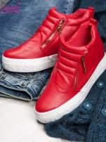 Czerwone skórzane buty slip on ze złotym suwakiem i napisem                                                                          zdj.                                                                         2