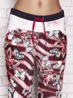 Czerwone spodnie capri z nadrukiem motyli                                  zdj.                                  4