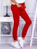 Czerwone spodnie dresowe z kieszonką z przodu                                  zdj.                                  5