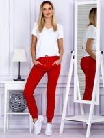 Czerwone spodnie dresowe z kieszonką z przodu                                  zdj.                                  4