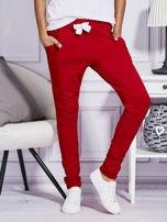 Czerwone spodnie dresowe z kolorowymi lampasami                                  zdj.                                  1