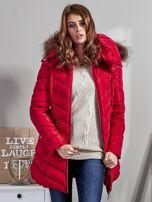 Czerwony pikowany płaszcz damski z futrzanym kołnierzem                                  zdj.                                  7
