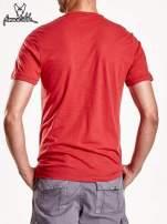Czerwony t-shirt męski z miejskim nadrukiem                                  zdj.                                  4