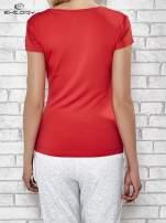 Czerwony t-shirt sportowy z dekoltem w lekkie V                                  zdj.                                  2