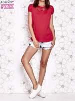 Czerwony t-shirt z ażurowym motywem                                  zdj.                                  6