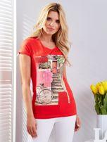 Czerwony t-shirt z fotograficznym nadrukiem                                  zdj.                                  1