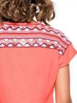 Czerwony t-shirt z haftem na plecach zdobionym cekinami                                                                           zdj.                                                                         5