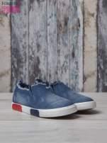Denimowe buty slipon z postrzępioną cholewką                                  zdj.                                  3