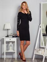 Dopasowana sukienka z oczkami na rękawach czarna                                  zdj.                                  4