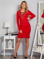 Dopasowana sukienka z ozdobnymi dżetami czerwona                                  zdj.                                  4