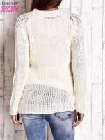 Ecru dzianinowy sweter o szerokim splocie                                  zdj.                                  2