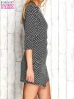 Ecru fakturowana sukienka z motywami geometrycznymi                                  zdj.                                  3