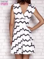 Ecru rozkloszowana sukienka w graficzne wzory                                  zdj.                                  4