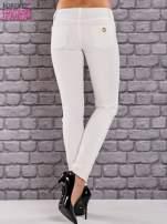 Ecru spodnie skinny ze złotym łańcuszkiem                                                                          zdj.                                                                         3