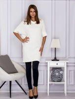 Ecru sukienka o wypukłej fakturze                                  zdj.                                  4
