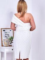 Ecru sukienka w drobne wypukłe wzory PLUS SIZE                                  zdj.                                  2