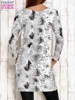 Ecru sukienka z motywem skóry węża i brokatową aplikacją                                  zdj.                                  2