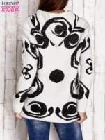 Ecru sweter long hair z ornamentowym motywem                                  zdj.                                  4