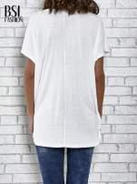 Ecru t-shirt z ornamentowym nadrukiem                                  zdj.                                  4