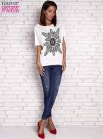 Ecru t-shirt z rękawami typu nietoperz i nadrukiem                                  zdj.                                  2