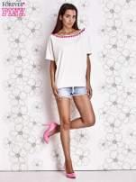 Ecru t-shirt z różowymi pomponikami przy dekolcie