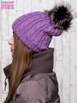 Fioletowa czapka z warkoczowym splotem i futrzanym pomponem                                                                          zdj.                                                                         2