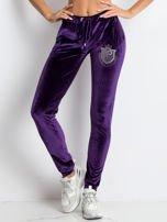 Fioletowe welurowe spodnie dresowe z aplikacją z dżetów                                  zdj.                                  1