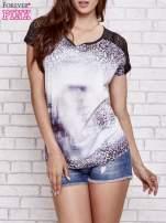 Fioletowy t-shirt w panterkę z koronkowymi rękawami                                  zdj.                                  1