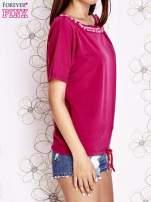 Fuksjowy t-shirt z różowymi pomponikami przy dekolcie                                  zdj.                                  3