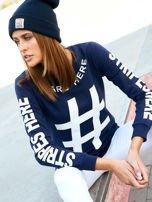 Granatowa bawełniana bluza z nadrukiem hashtaga                                  zdj.                                  3